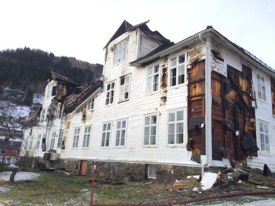 TOTALSKADA: Huset var den første aldersheimen i Sogndal då det vart bygd. Sidan har det fyllt fleire funksjonar og vore ein møteplass for eit breitt spekter av folk. Natt til søndag vart det ikkje mykje att etter brannen hadde herja.