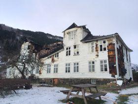 MÅ TRULEG RIVAST: Det ærverdige huset i på Stedje i Sognda er totalskada etter brannen.