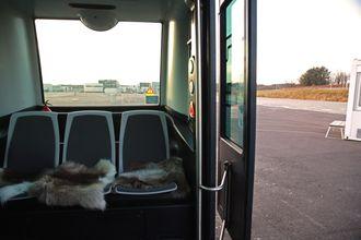 Det er seks sitteplasser i den førerløse bussen.