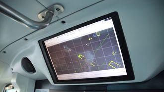 Skjermen inni bussen viser satelittbildet av den ruten bussen skal gå, slik at operatøren kan følge med.