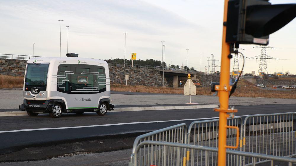 Den førerløse bussen på Forus er testet på lukket bane i flere hundre timer, og har vært klar for neste fase av testingen siden mai i fjor. Nå er prosjektet straks klar med en endelig søknad. Det blir i så fall den første søknaden om å få teste selvkjørende kjøretøy på vei i Norge.