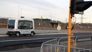 I Sverige ruller den første førerløse bussen på veien. I Norge lar de foreløpig vente på seg