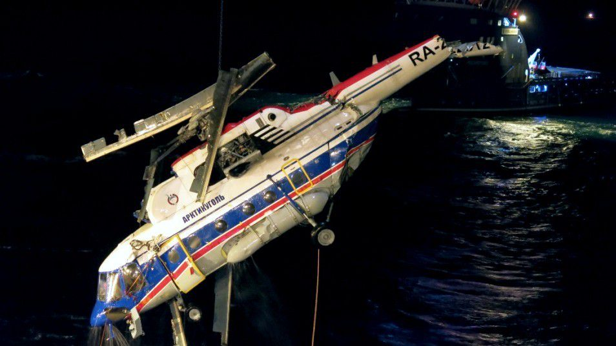 Mi-8-helikopteret blir løftet på dekk på Maersk Forza natt til 4. november.