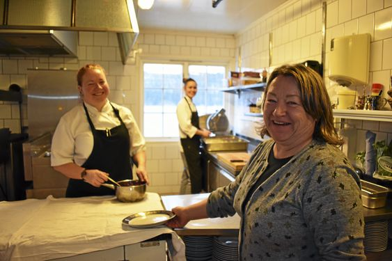 JULEBORD PÅ DEM ÓG: – Vi gleder oss veldig til vårt eget julebord! I år skal vi til Gamle Foss Gård i Oslo, sier Mia Moberg Nordhagen og Mette Moberg ved Villa Sandvigen. Bak står lærling Kristine Crosby (18).
