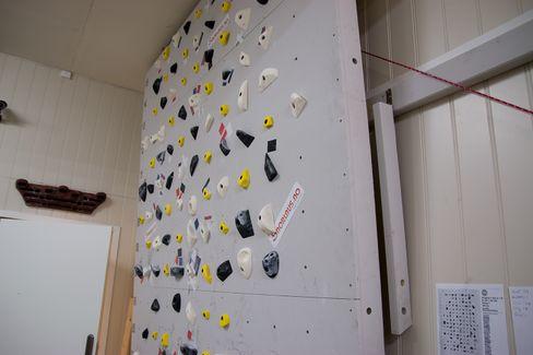 Snorlaus kan bidra med installasjon på krevende steder. Ikke rart de har en klatrevegg på kontoret.