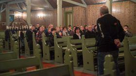 OPE KYRKJE: Ordførar Jarle Aarvoll talar til dei frammøtte på det opne møtet i Stedje kyrkje på måndag, dagen etter brannen i Stedjetunet.