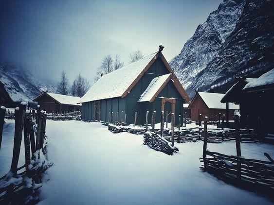 HISTORISK STEMNING: Vikinglandsbyen i Gudvangen tiltrekker folk frå heile verda som ønskjer å oppleva korleis vikingane levde.