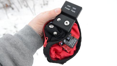 Batteriene kneppes fast i hanskene