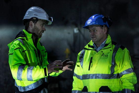 Endre Vik (t.v.), byggleder i Nedre Romerike Avløpsselskap (NRA) i faglig diskusjon med Thomes Trømborg, dagligleder i NRA.
