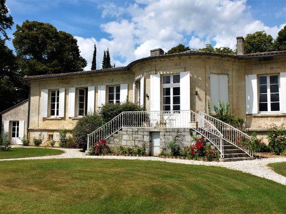 Château Dudon ligger i Entre-deux-mers hvor det lages AOC Bordeaux i store mengder og av varierende kvalitet.