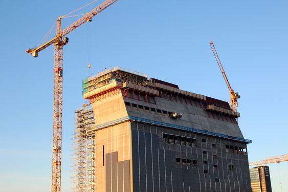 Oslo kommune er i ferd med å fullføre støpen av den spektakulære knekken på toppen av bygget, som skrår 20 grader mot vest.