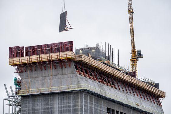 Skråveggen starter i plan 9 av museumstårnet, og heller 20 grader vestover opp til plan 13. I en manuell klatreforskaling, spesialbygd for skrådelen i bygget, løftes de ferdige forskalingsmodulene trinnvis oppover mens støpen klatrer fra rundt 40 til 60 meters høyde.