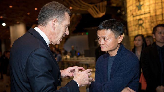 Styreformann i Starbucks, Howard Schultz, i passiar med Alibaba-gründer Jack Ma på åpningsdagen.