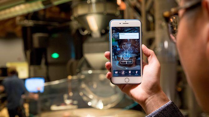 Med en AI-app utviklet av Alibaba kan kundene gå rundt i lokalet og lære mye via sin egen mobiltelefon. Helt klart et tilbud som tilfører noe nytt og mer i kaffekonseptet til den amerikanske kaffekjeden.