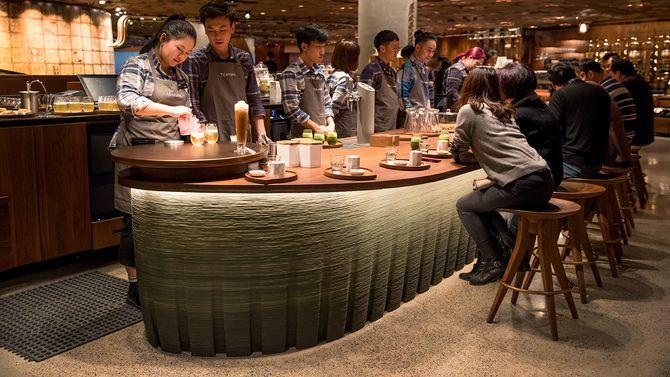 Her er et knippe ansatte i full sving med å øve seg i å håndtere stedets tebar før åpning.