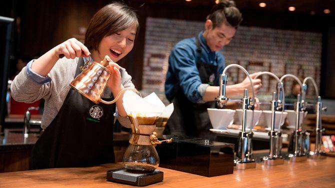 Drømmenes kaffeteater. Her er to ansatte i ferd med å klargjøre kaffe av ypperste kvalitet. Lekkert, lekent, estetisk og helt sikkert også ganske godt.