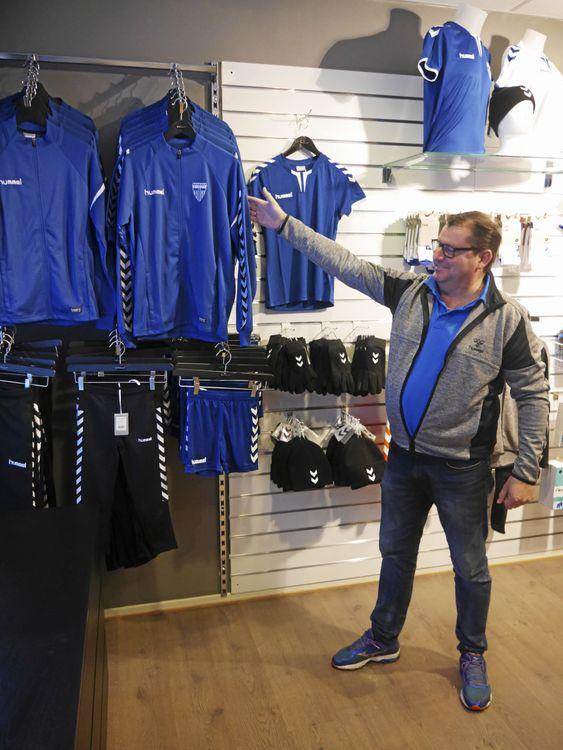 GLAD: Erik Eeg i Follo Sport viser stolt frem den nye drakt- og utstyrslinjen til Kolbotn IL, som Follo Sport nå er totalleverandør på.