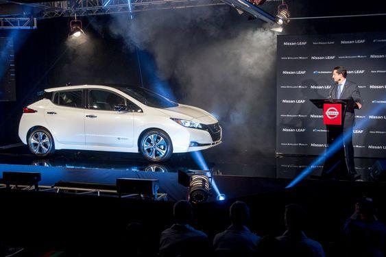 Jose Munoz, sjef for Nissan America, presenterer den første modellen av nye Nissan Leaf som ble produsert ved selskapets fabrikk i Smyrna i Tennessee. Dette var 4. desember.