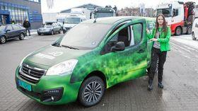 Alexandra Aune ble i høst ansatt som Dønn Grønns første sjåfør. Nå får hun og de andre grønne sjåførene Skatteetaten på kundelisten.