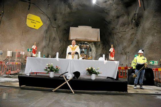PREST: Presten holdt gudstjeneste i fjellet der tunnelboremaskinene ble startet opp for rundt et års tid siden.