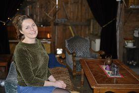 KULTURARENA: Cecilie Steensen Skovholt håper låven på kolonialen kan bli en ny kulturarena i kommunen.