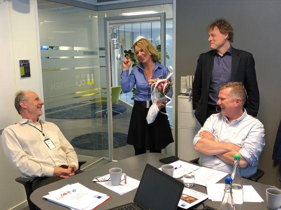 Det var god stemning da RIFs adm. direktør Liv Kari Skudal Hansteen og Dr.Techn. Olav Olsens adm. direktør Olav Weider takket av Øystein Løset som leder for RIFs ekspertgruppe Bygge- og anleggsteknikk.