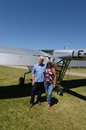 PILOT OG CO-PILOT: YL-15-pilot Keith Brunquist sammen med kona Kathy.