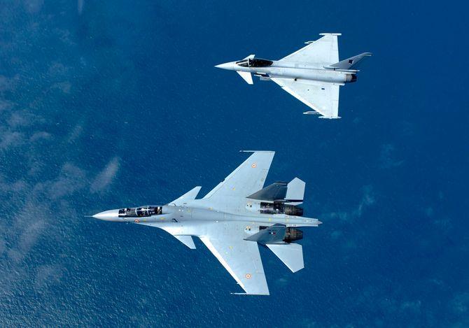 Indisk Su-30 MKI (nederst) sammen med britisk Eurofighter Typhoon.