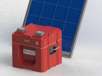 Batteriet kan lades opp ved hjelp av for eksempel et solcellepanel.