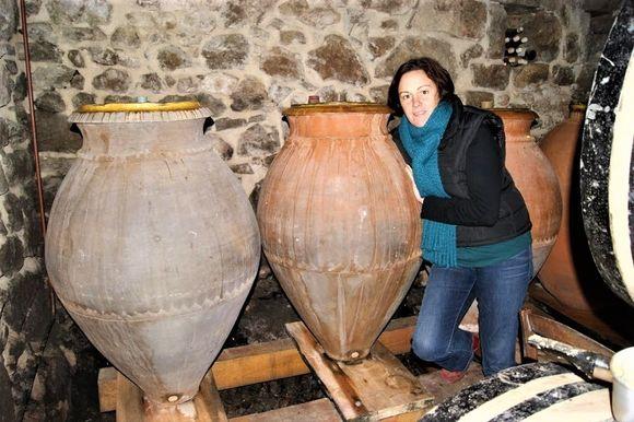 Chrystelle Vareille med noen av amforaene som Madloba-vinene lages i.