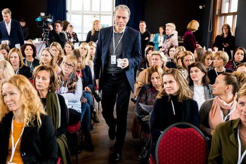 Konsernsjef Rolv Erik Ryssdal i Schibsted på vei opp til scenen for MeToo-debatt i regi av Medienettverket for kvinner i november.