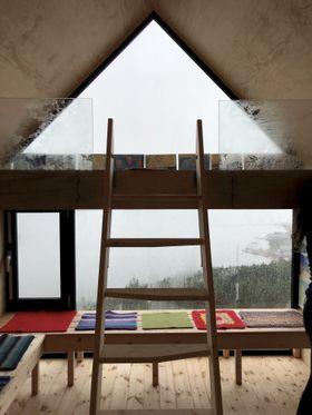 GOD UTSIKT: Dagsturhyttene har store vindauge med god utsikt og benker til å sitja på. Foto: Birthe Johanne Finstad / Sogn og Fjordane fylkeskommune