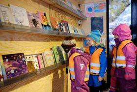 TURBIBLIOTEK: Alle dagsturhyttene skal ha eit turbibliotek med nynorske barnebøker og andre bøker. Her frå opninga av dagsturhytta på Sandane fredag. Foto: Arild Reppen