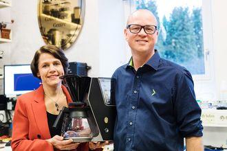 Christin Sehlmann er produktsjef husholdning i Elkjøp, og blir omtalt som Ilous «mamma». Her sammen med Tommy Myhre. Foto: Anders Malm, Elkjøp