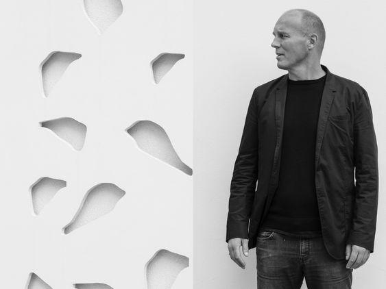 Historisk kan våre Knut Knutsen og Arne Korsmo sammenliknes med finske Alvar Aalto, Arne Jacobsen og Christian Frederik Møller. De var tette på og påvirket av hverandre, i materialvalg og organiske former, sier Christian A. Dahle.