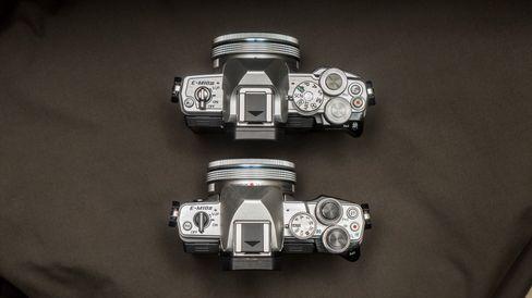 OM-D E-M10 III øverst, og E-M10 II nederst.