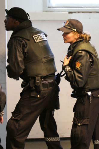 OPERATIV TRENING: Her trener politistudentene på operativ trening på Politihøgskolen i Stavern.
