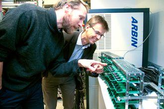 Laboratoriet på IFE er fullt utstyrt med utstyr både til produksjon og testing av batterier. Her studerer Martin Kirkengen, til venstre, og Erik Sauar en batch forsøksbatterier. Testene med knappeceller har vært vellykket, neste steg er å produsere større celler for test.