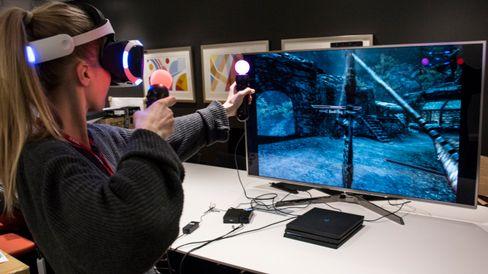 Pil og bue og magi er de mest givende kampmetodene i Skyrim VR. Nærkamp føles unaturlig, siden du ikke har noen form for feedback i slagene eller sverdstøtene.