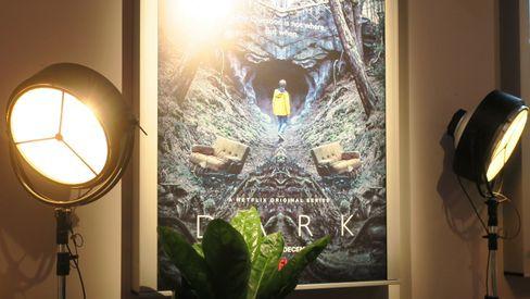 Den tyske TV-serien Dark er en av snakkisene i desember.