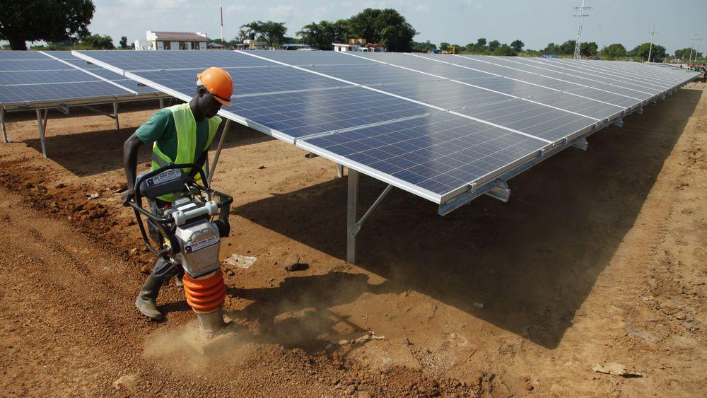 En arbeider flater ut grunnen under byggingen av Soroti Solar Power Plant i Uganda. Her var Multiconsult også involvert.