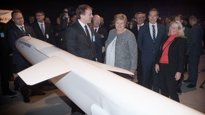 Direktør Eirik Lie i Kongsberg Defence & Aerospace viser fram en JSM-modell for statsminister Erna Solberg, forsvarsminister Frank Bakke-Jensen og næringsminister Monica Mæland under mottaksseremonien for de tre første F-35-flyene på Ørland i november.