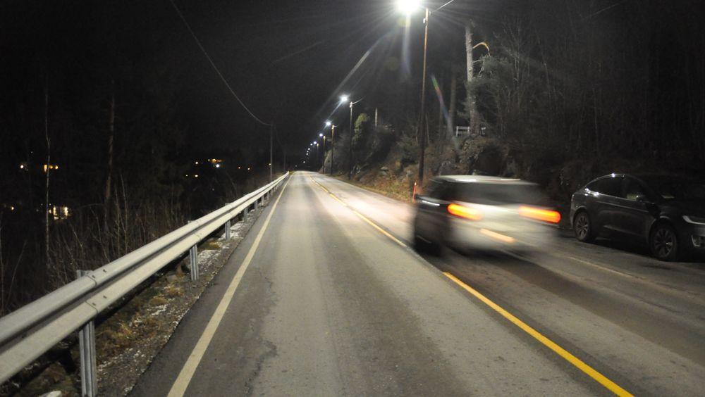 Lysene lyser 100 prosent når bilen kjører forbi.