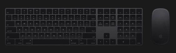 iMac Pro kommer med svart tastatur og mus.