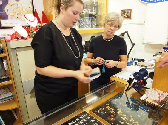 FIKSES OG PUSSES: Det e rmange forberedelser både hos smykkeeiere og hos gullsmeden i disse førjulstider.