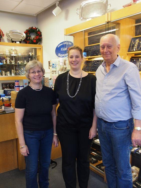 KVALITET FØRST: Ekteparet Tore og Turid Johnsen, og datteren Tina Larsen, ønsker velkommen til julehandel for de kvalitetsbevisste.