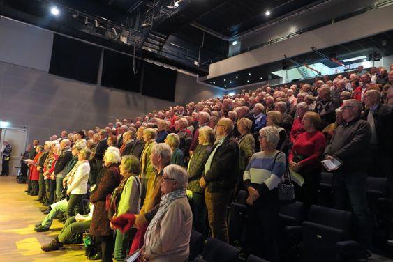 UNISONT: Publikum i en stappfull sal avsluttet unisont med «Deilig er jorden».
