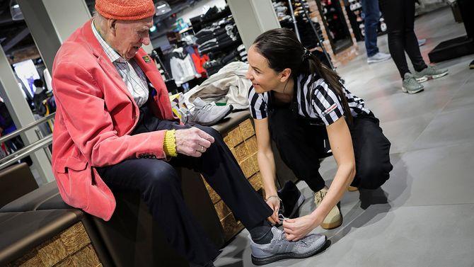 Olav Thon endte opp med et par nye joggesko etter butikkbesøket. Her får han hjelp av butikksjef Diana Dejic.