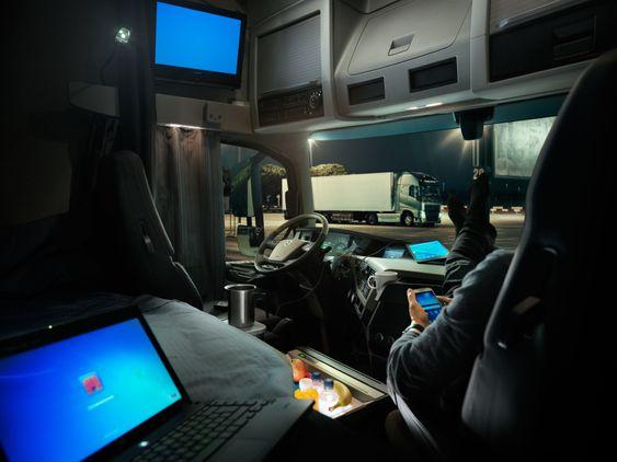 - Selv på kalde vinternetter kan sjåføren nyte en god natts søvn uten å måtte stå opp og starte motoren for å lade opp batteriene, forklarer Samuel Nerdal.