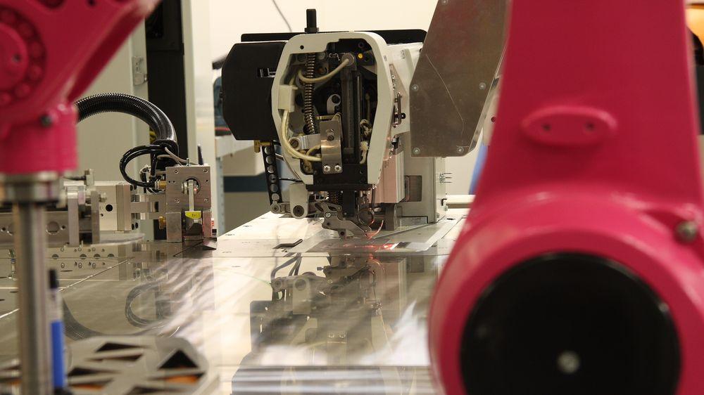 c4460819c07 Sømroboten har kapasitet til å sy rundt 2000 deler om dagen, ifølge Ekornes.